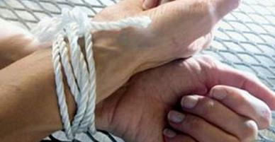Cô gái bán dâm bị tên cướp trói trong khách sạn Sài Gòn