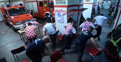 Clip: Lính cứu hỏa Croatia bỏ dở loạt luân lưu của đội nhà ở trận tứ kết World Cup, mất đúng 18 giây để lên đường khi có nhiệm vụ
