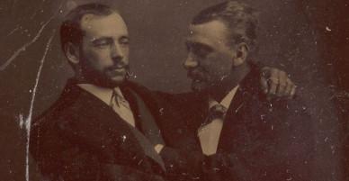 Loạt ảnh anh em thân thiết thế kỷ 19: Choàng vai bá cổ quá thường, phải ngồi vào lòng, nắm chặt tay và nhìn nhau đắm đuối cơ!