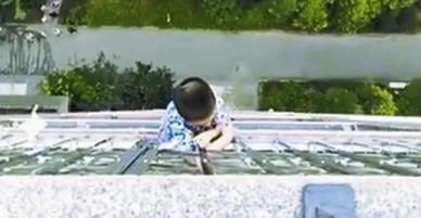 Bé 5 tuổi sống sót sau cú trượt chân từ tầng 20