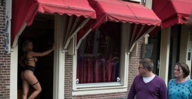 Chàng trai bật khóc khi tới phố đèn đỏ Amsterdam