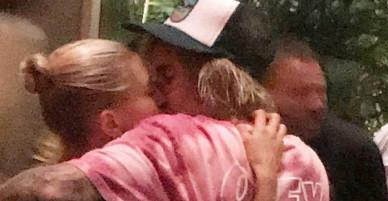 Justin và Hailey hẳn là cặp đôi nghiện hôn nhất, từ trên phố đến trong nhà hàng vẫn luôn môi kề môi!