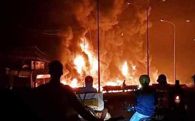 xe bồn chở xăng, bốc cháy, thiêu rụi, 19 căn nhà, 6 người chết, đâm xe, hỏa hoạn, Bình Phước, Tin8