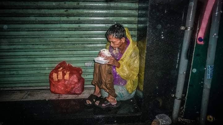 bão, bão số 9, Sài Gòn lụt , vô gia cư, người già, ông lão, giúp đỡ, tin8