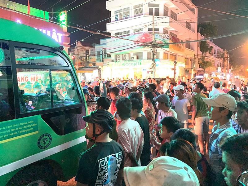 xe buýt, soát vé, cầm dao, va chạm, hoảng loạn, công cộng, kinh hãi, tin8