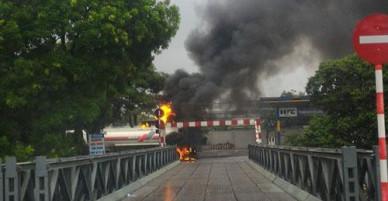 Xe bồn đậu gần cây xăng bốc cháy dữ dội không rõ nguyên nhân