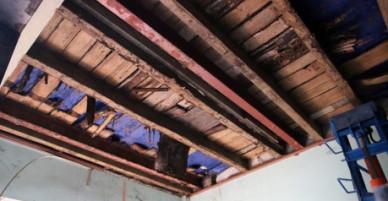 Nhà cổ sắp sập, dân sống trong cảnh nguy hiểm rình rập nhưng luật không cho sửa chữa