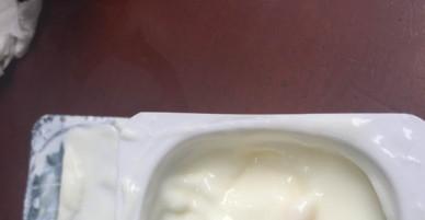 """Phát hiện """"vật thể lạ"""" trong hộp sữa chua Vinamilk"""