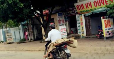 Bức ảnh anh chở xác em bằng xe máy gây chấn động cộng đồng mạng Việt Nam