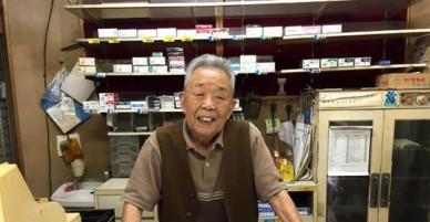 Ông lão 90 tuổi vẫn chưa đóng cửa hàng vì chờ khách đến lấy túi đã quên