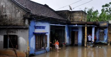 Lũ miền Trung dâng cao khiến 13 người chết, mất tích, gần 9.000 nhà bị ngập