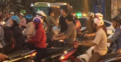 Tắc đường nghiêm trọng, ca sĩ Tuấn Hưng quyết định xuống đường phân luồng giao thông