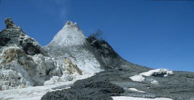 Ngọn núi lửa lạnh nhất thế giới có dung nham dù ngã vào vẫn sống… ngon ơ!