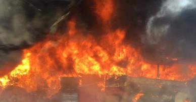 Hà Nội: Xe khách cháy dữ dội trên đại lộ Thăng Long
