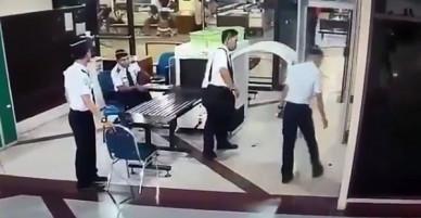 Vừa nghe cơ trưởng cất giọng, 154 hành khách liền đòi hủy chuyến bay