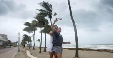 Mặc siêu bão Irma diễn biến thần tốc, người dân vẫn thoải mái selfie giữa tâm bão