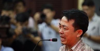 """""""Ông trùm"""" trong vụ buôn bán thuốc ung thư giả ở Việt Nam bật khóc nức nở tại tòa"""