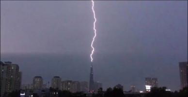 Sét đánh thẳng vào tòa nhà Việt Nam cao nhất Đông Nam Á, xé đôi bầu trời