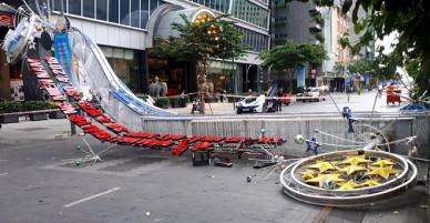 Cổng chào ở phố đi bộ Nguyễn Huệ bất ngờ đổ sập tạo nên cảnh tượng khủng khiếp