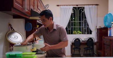 """""""Gạo nếp gạo tẻ"""" tập 24 – Từ chàng rể giàu sang được cả nhà trọng vọng, giờ Kiệt phải chui xó bếp ăn cơm nguội."""