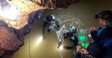 Bị dồn vào đường cùng: 13 thành viên đội bóng phải học lặn để được ra khỏi hang động