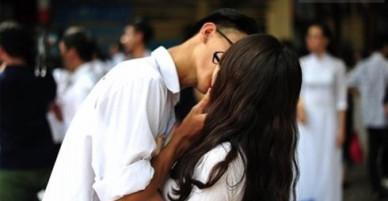 Ngày càng có nhiều bạn trẻ vô tư thể hiện tình cảm thái quá ở nơi công cộng. Vì sao?