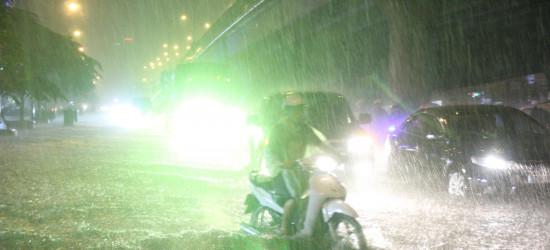 Tin khẩn cấp: Bão cấp 13 đổ bộ vào Sài Gòn, chính quyền lập tức di tản 50 vạn hộ dân