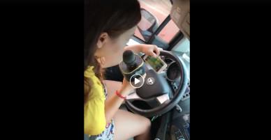 Rùng mình khi thấy cô gái vừa lái xe vừa hát karaoke