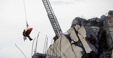 [Chùm ảnh]: Thảm hoạ sập cầu ở Ý: Công tác cứu hộ đang diễn ra giữa hiện trường tang tóc