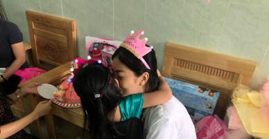 Lần đầu tiên đón sinh nhật cùng mẹ trong bệnh viện, bé Lavie hồn nhiên bên mẹ Mai Phương