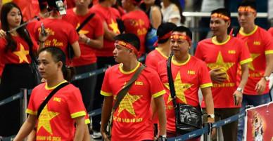 [Chùm ảnh]: Chiều nay đá trận bán kết, người Việt Nam đã nườm nượp xếp hàng ở sân bay để qua Indo từ sáng sớm