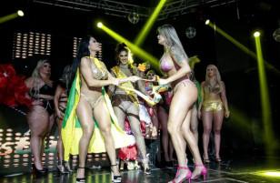 """[Clip] """"Hoa hậu vòng ba"""" giành giật vương miện ngay trên sân khấu trong giờ khắc đăng quang vì cho rằng mình xứng đáng hơn"""