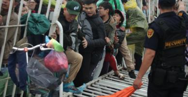 Mặt trái AFF cup: Đám đông hỗn loạn chà đạp chiếc xe đạp của bà cụ nghèo vì ngán đường họ mua vé