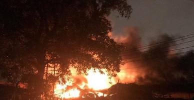 Cháy dữ dội khu vực gần trường Đại học Nông Lâm