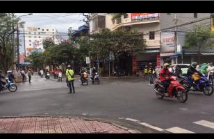 [Clip] Tranh cãi gay gắt đoàn phượt chặn đường, bắt người dân nhường đường trong 10 phút